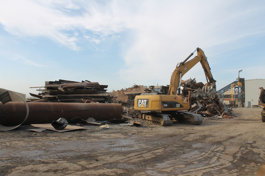 caterpillar-heavy-equipment-for-recycling-center