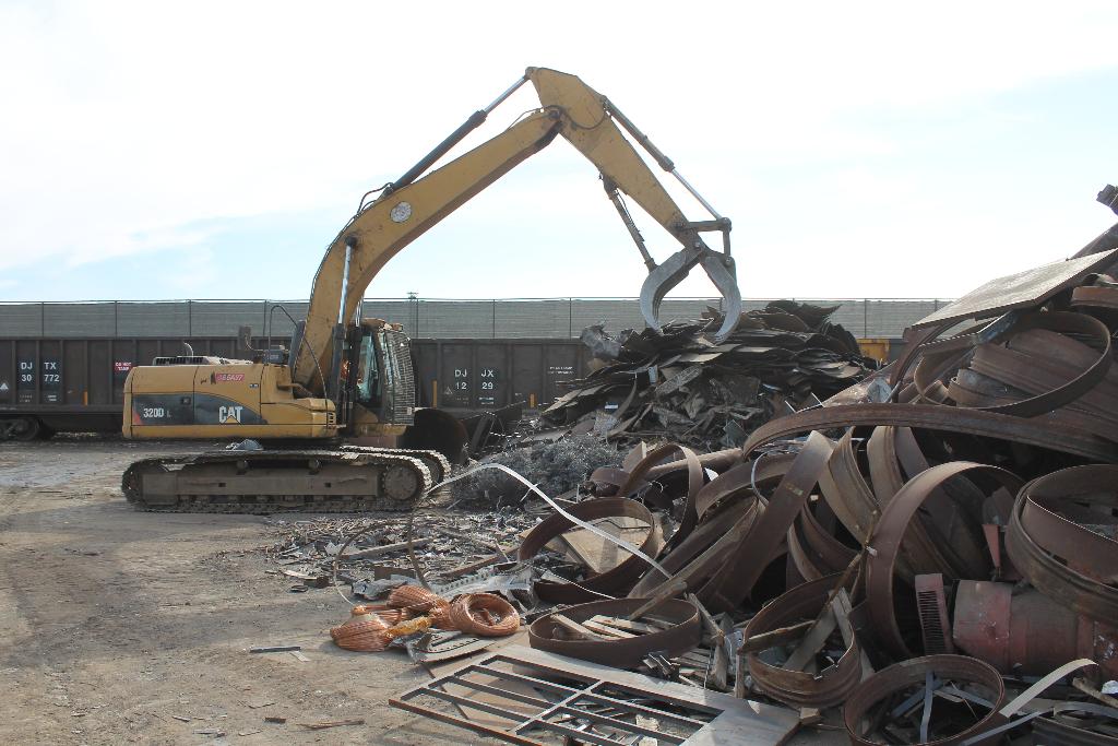 sort-metal-scraps-for-shredding