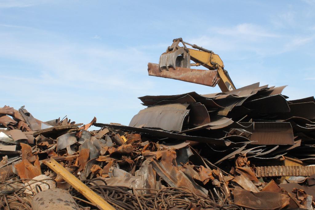 sorting-scrap-metal-in-stockton